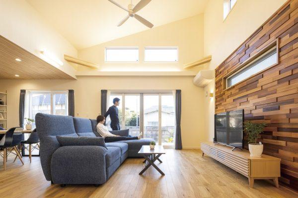 屋根のスタイルを活かした勾配天井がおしゃれな広々としたリビング~シーリングファンのある勾配天井・傾斜天井