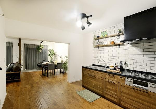 圧倒的な開放感と集中スタイルの壁付けキッチン~タイル張りの壁面がおしゃれなキッチンを彩ります