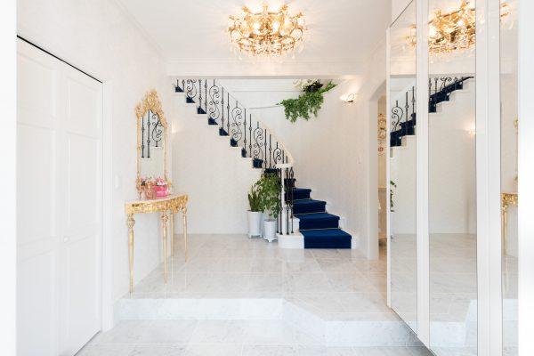 玄関ドアを開けるとサーキュラー階段が目を引くホール階段