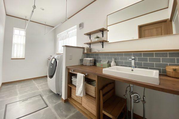 洗面造作棚と広い洗濯スペースが魅力的な「洗面所+ランドリールーム」のある住まい