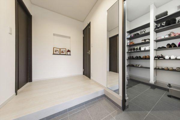 家事楽な間取りをつくるならシンプルおしゃれな平屋がいい~開放的で使い勝手のいいシューズクロークのある玄関
