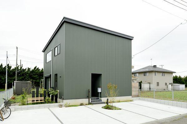 キューブ型の外観がおしゃれな総二階住宅~近隣との馴染みもいいモダンな新築