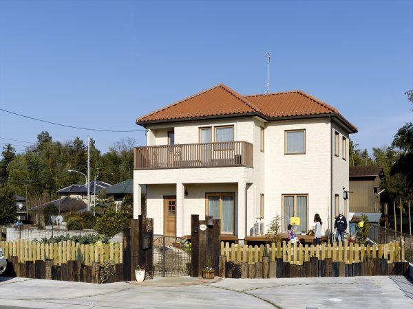 ガデリウス木製サッシ、玄関スゥエドアを採用した北欧風の住まい