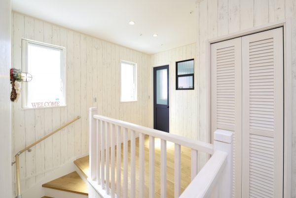 爽やかなカルフォルニアスタイルの吹き抜け二階フロア~明るく風通しのいい設計