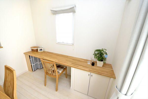 ダイニング脇のカウンターテーブルで便利な作業スペースが完成~カウンター下収納でスッキリとした空間に!