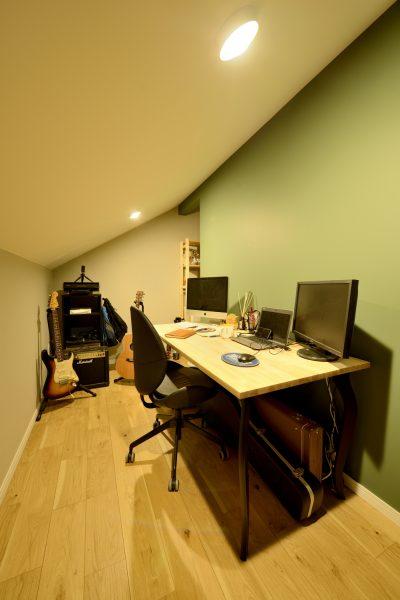 傾斜天井で部屋の配置が難しいスーペースを有効活用~趣味やテレワークにも快適な作業コーナー