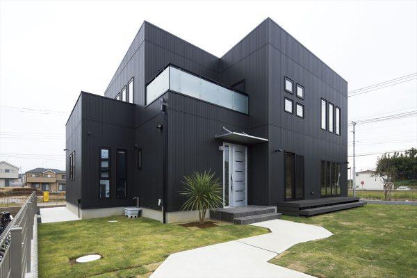 スタイリッシュモダンがかっこいい総二階のキューブハウス~ブラックの外観と緑のアプローチがおしゃれ