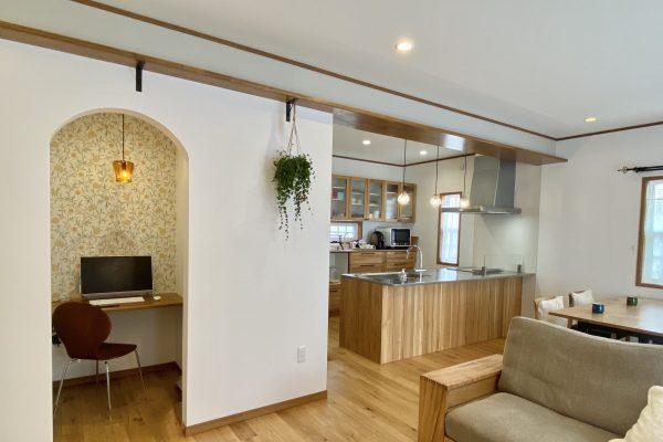 キッチンパントリー裏のアーチ型がおしゃれな作業スペース~まるで隠れ家!家事・学習・趣味に使える便利な空間
