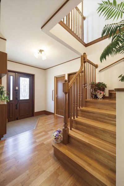 吹き抜け階段のある広々とした玄関フロア~開放的な折り返し階段がおしゃれ