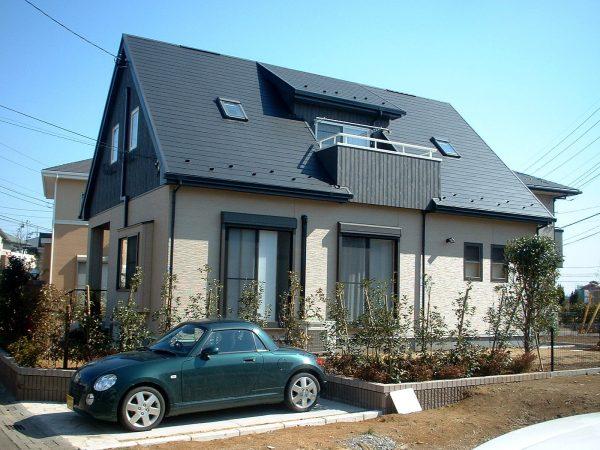 大きな三角屋根が印象的な住まい~ドーマーのようなベランダが明るく便利なデザイン