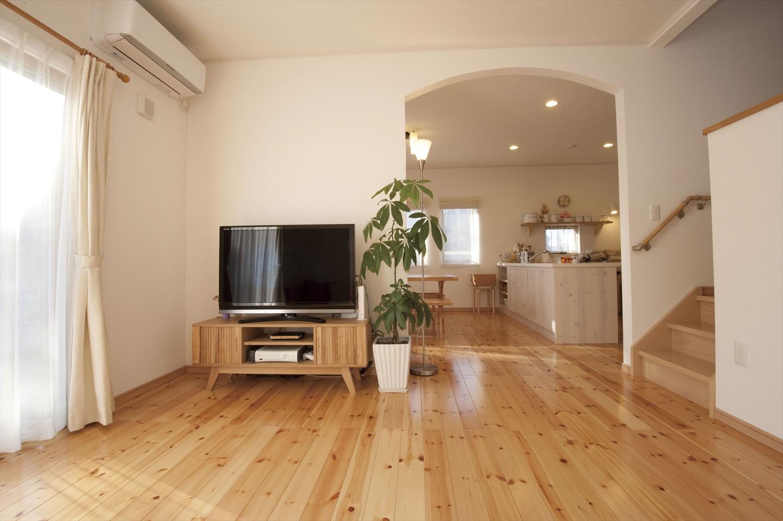 無垢材のナチュラルな温かみとアーチ形の壁が優しい住まい~緩やかにリビングを独立させる間取り設計