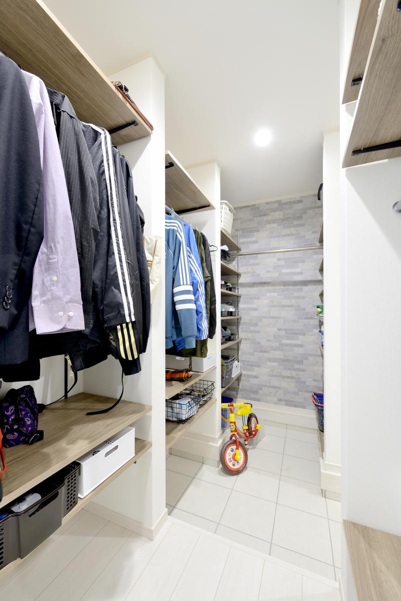 玄関続きの土間収納で大きな荷物やお子様の遊び道具も簡単に収納~ウォークスルータイプの便利なシューズクローク