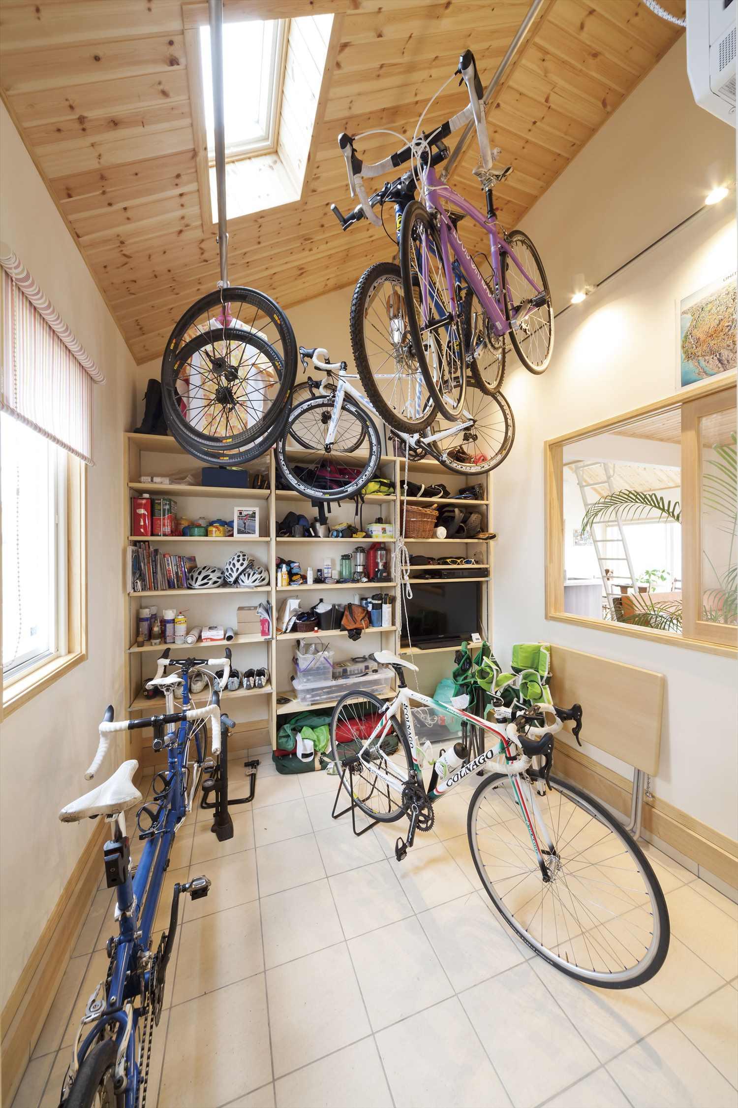 土間収納なら趣味のサイクリングやアウトドア用品のお手入れや作業もしやすいので便利