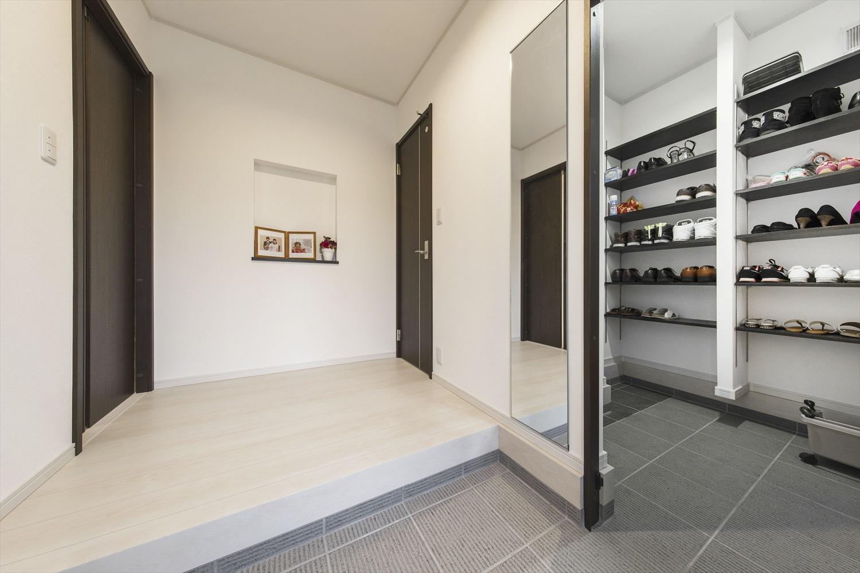 土間続きの広いシューズクロークが贅沢な玄関~土間なら床にアウトドアグッズを置くこともできるので便利
