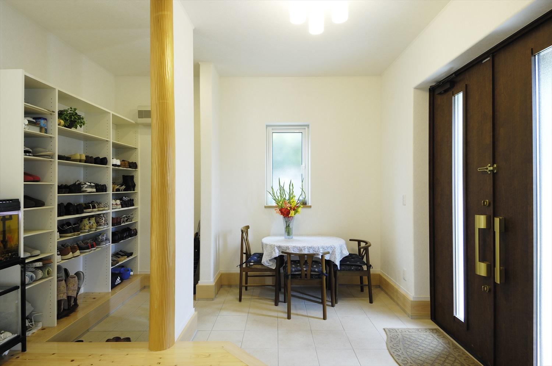親子世帯の集いや来客時に便利な広い土間玄関~性能にこだわった大屋根の住まい