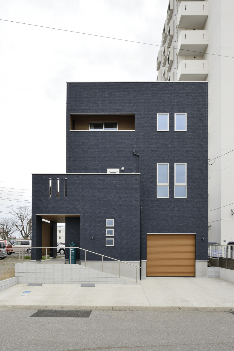 家族の想いが詰まった3階建ての家~外観がスタイリッシュな住まい