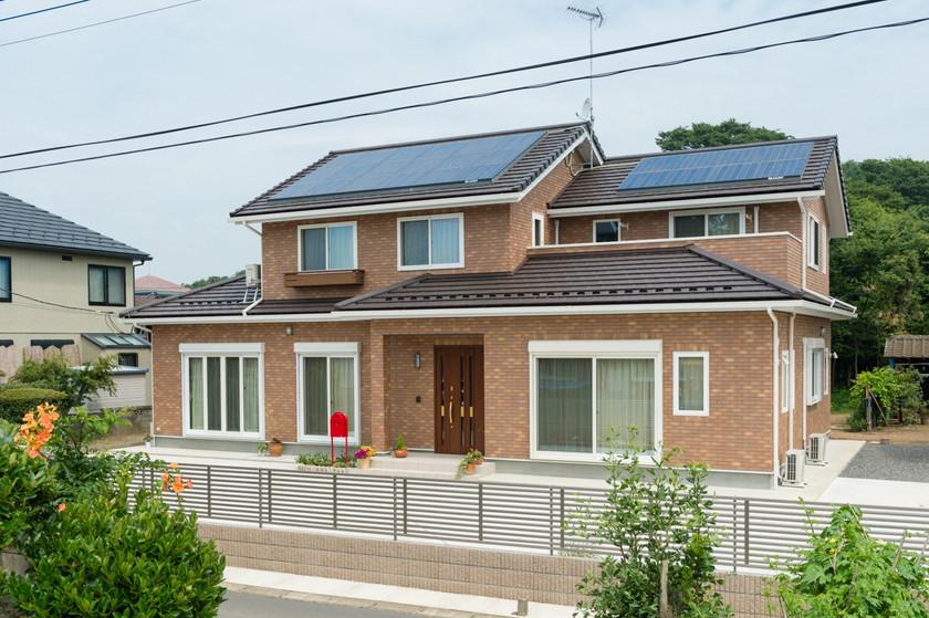レンガ風タイル貼りの外観がおしゃれな重厚感のある二世帯住宅外観
